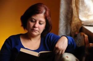 Mujer leyendo un libro clásico