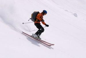 El esquí es un tipo de deporte invernal.