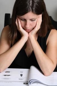 Mujer leyendo y comprendiendo los ejercicios