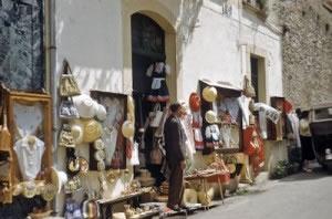 """Los comercios en """"pequeño"""", son ejemplo de microempresas, que usualmente son de índole familiar."""