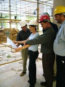 Personas planeando un tipo de construcción