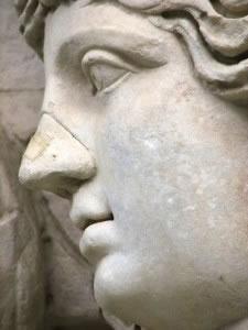 Estatua con nariz tipo griego