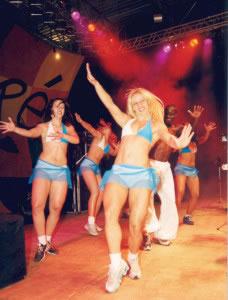 Actualmente muchas danzas y bailes se enfocan al espectáculo y entretenimiento de un público.