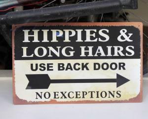 Letrero discriminatorio contra hippies