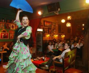 El tipo de vestimenta, música y baile, depende de las tradiciones folklóricas propias de la localidad.