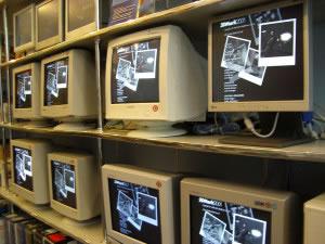 Diferentes tipos de monitores en una estantería