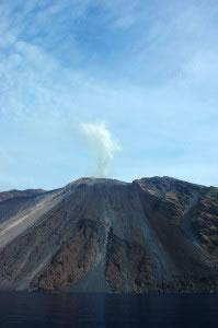 Los volcanes activos, suelen arrojar magma u otros materiales regularmente.