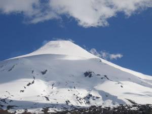 Volcán de forma típica cubierto por nieve