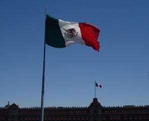 Al fondo de la imagen el Palacio Nacional de México, un símbolo del gobierno mexicano