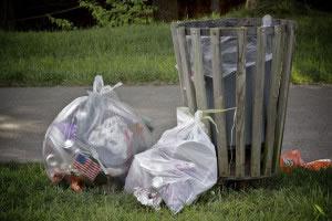 La basura si no es puesta adecuadamente en el lugar que le corresponde, contamina el ambiente.