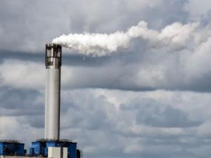 Las industrias son algunas de las causas principales de contaminación, en la imagen una chimenea industrial contamina la atmósfera con diversas sustancias de desecho.