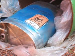 Los desechos químicos son muy tóxicos, si son almacenados inadecuadamente tirados al aire libre, contaminan provocando enfermedades o la muerte a los seres vivos.