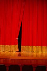 Telón rojo en un escenario