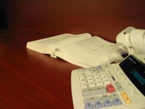 Calculadora y libro de contabilidad en auditoría.