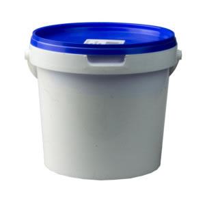 Cubeta de plástico con tapa que sirve para guardar o almacenar.