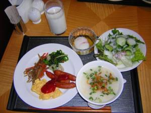 Comida completa servida en mesa.