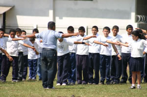 Maestro y alumnos en clase de educación física