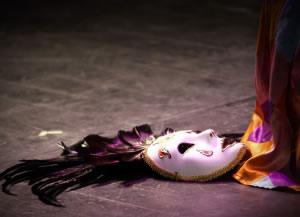 Máscara de teatro en el suelo