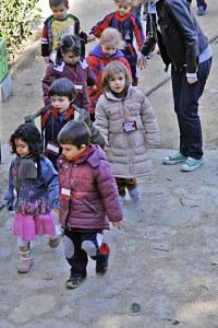 Niños de educación preescolar caminando en fila