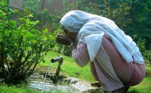 Bebiendo agua de toma en parque