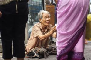 Limosnero en calle pidiendo dinero