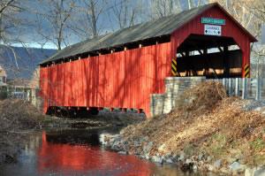 Puente techado sobre río