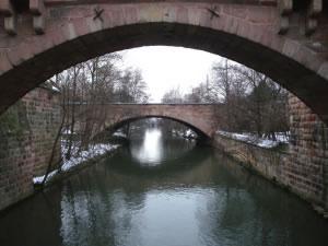 Puente de  arco  de piedra sobre río