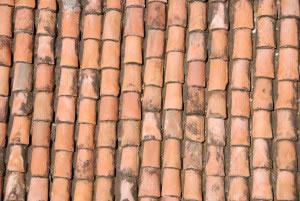 Techo de tejas desgastadas