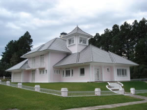 Casa con techo de tejas de muchas aguas