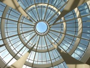 Interior de un techo de vidrio (cúpula).