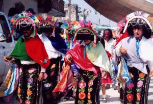 Indígenas vestidos para fiesta