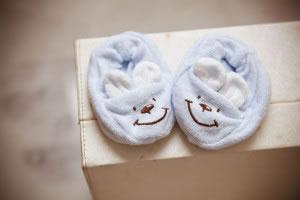 El calzado infantil, suele hacerse de materiales suaves para no lastimar los pequeños pies en crecimiento. En la foto pantuflas de tela para niños.