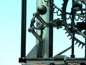 Escultura de robot mecánico
