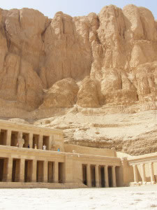 Templo egipcio tallado en piedra
