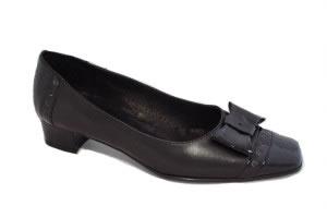 Zapato femenino de tacón bajo.