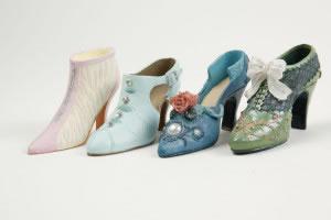 Cuatro zapatos de tacón de colores
