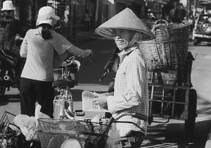 Vendedor de calle con sombrero oriental en punta