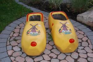 Zapatos suecos de madera color amarillo