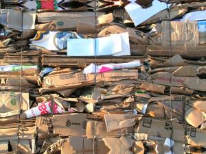 Pacas de cartón acumuladas