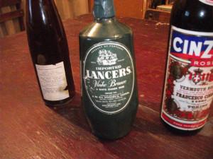 Botella de vino blanco añejo