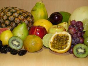 Piña, pera, manzana, uvas, naranja, kiwi, melón, pera y otras frutas frescas y seacas.