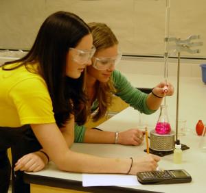 Estudiantes en una práctica de laboratorio