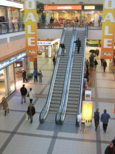 Escaleras eléctricas en centro comercial