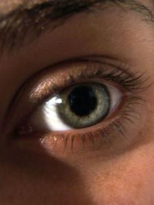 Ojo azul con el iris abierto