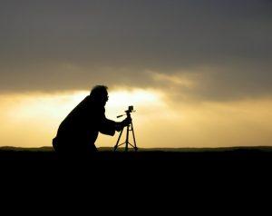 Fotógrafo, cámara y tripié