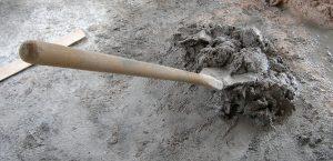 Pala levantando cemento