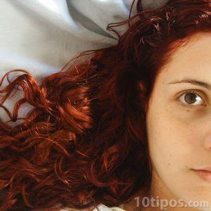 Persona con cabello rizado y rojizo