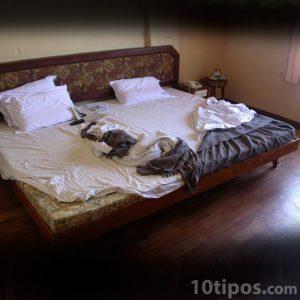 Cuarto de hotel con cama grande