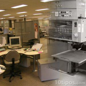 Oficina y maquinas, ejemplos de capital físico.