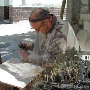 Persona tallando una lápida